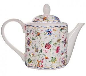 белый фарфоровый чайник с цветочками
