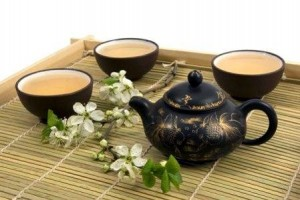 чайник с чашками и чаем