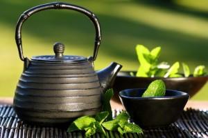 чай с мятой в чайнике