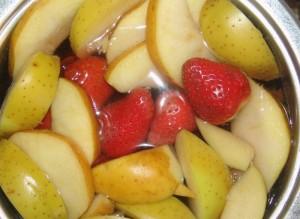 компот из яблок и клубники