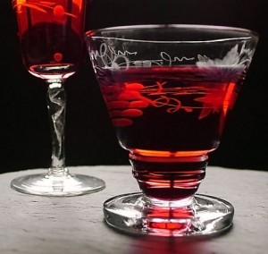 бордовый ликёр в бокалах