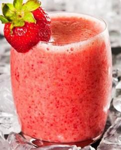 клубничный сок в стакане