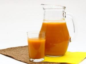 облепиховый сок в графине и стакане