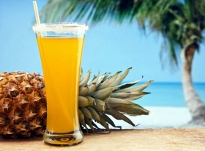 пляж, ананас и ананасовый сок
