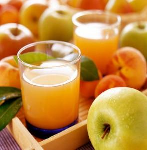 яблоки и сок в стаканах