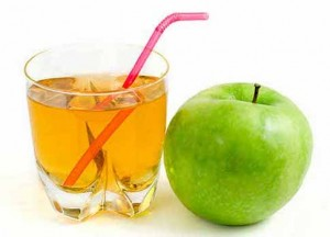 сок и зелёное яблоко