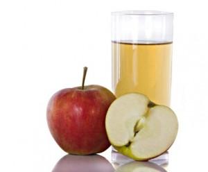 сок в стакане и яблоки
