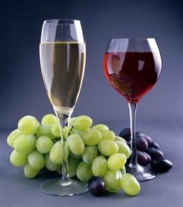 виноградный сок в бокалах