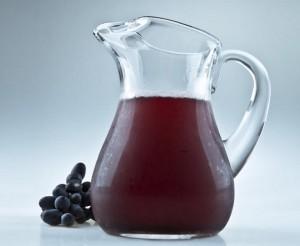кувшин с соком и гроздь винограда