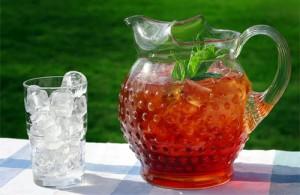чай в кувшине и лёд в стакане