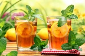 чай с лимоном в стаканах