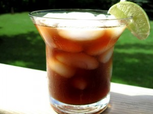 чай со льдом в стакане