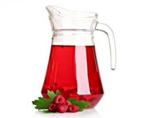 графин с соком и ягоды малины
