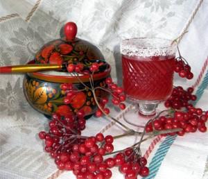 ягоды и напиток из калины