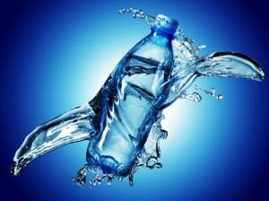 бутылка с водой в воде