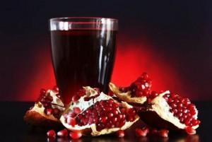 кусочки граната и сок в стакане
