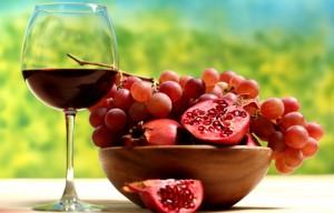 виноград, гранат и сок в бокале