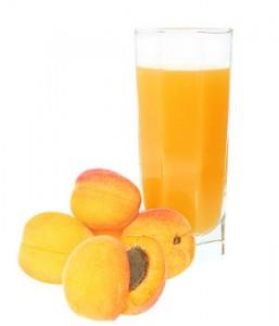 абрикосы и сок в стакане