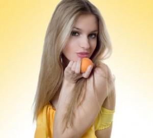 девушка с абрикосом