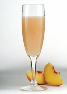 кусочки персика и сок в бокале