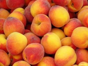 спелые персики