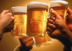 кружки пива в руках
