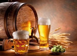 бочёнок и бокалы с пивом