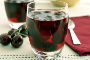сок вишни с ягодами в стакане