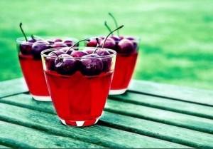 сок из вишни в стаканах