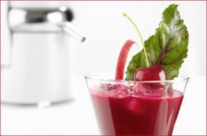 соковыжималка и сок в стакане
