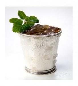 коктейль в серебряном стакане