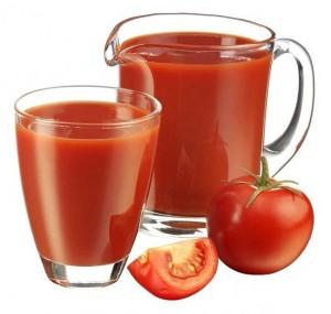 сок из томатов в стакане и в графине