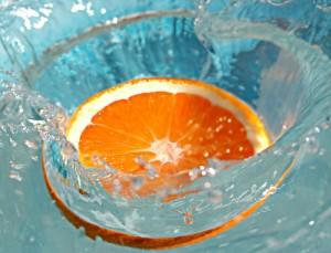 долька апельсина в воде