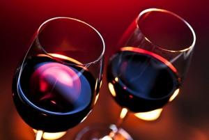 два бокала с красным вином