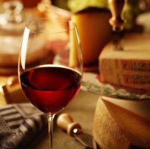 бокал с вином и сыр