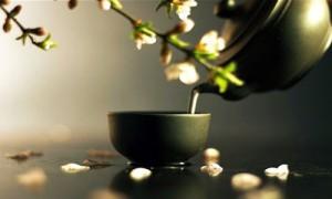 чай из чайника наливается в чашу