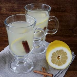 напиток из ревеня в бокалах