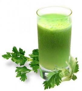 листья сельдерея и сок в стакане