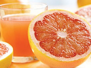 сок в стакане и половинка грейпфрута