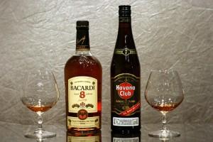 бутылки и бокалы с ромом