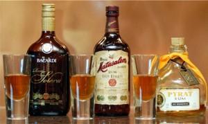 ром в бутылках и стаканах