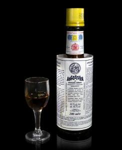 ангостура в бутылке и бокале