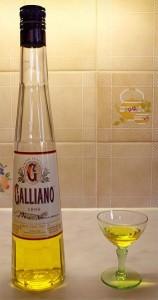 Гальяно в бутылке и рюмке
