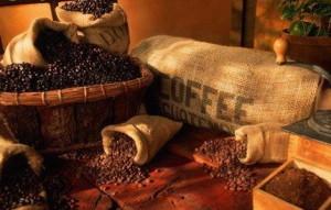кофейные зёрна в мешках и корзине