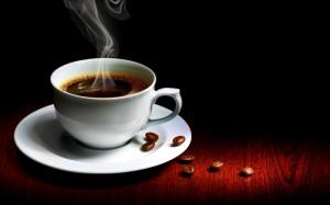 чашка с горячим чёрным кофе