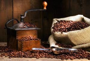 ручная кофемолка и зёрна кофе в мешочке