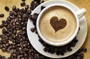 чашка с кофе и кофейные зёрна на столе