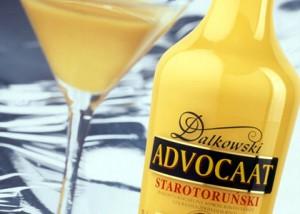 """Ликёр """"Адвокат"""" в бутылке и бокале"""