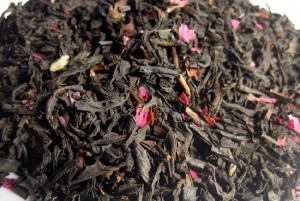 листовой чай с лепестками цветов