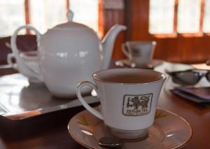 заваренный цейлонский чай в чашке и чайнике